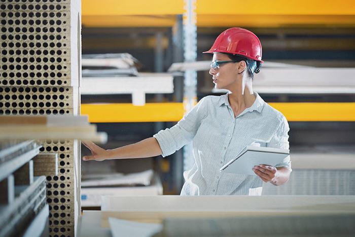 gerenciamento de armazém - mulher em um armazém conferindo itens do estoque