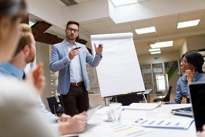 aumentar vendas - gestor comercial apresentando estratégias de vendas para a equipe