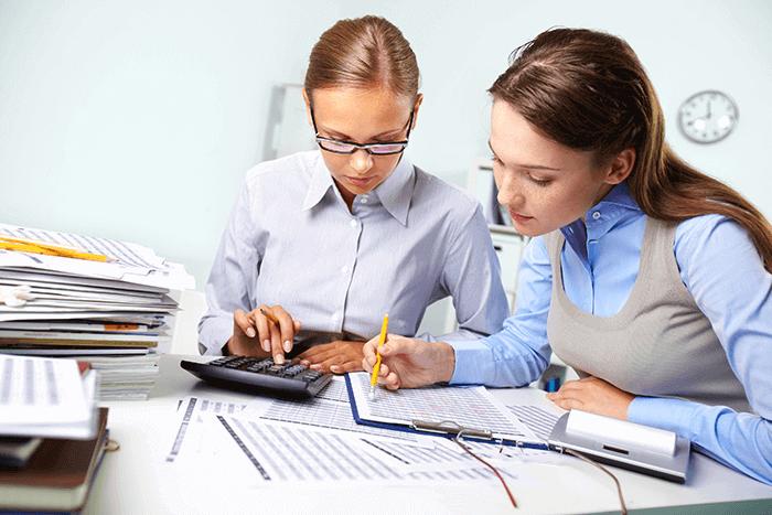 atenção aos custos - duas mulheres calculando e analisando planilhas