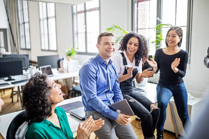campanha de incentivo de vendas - colegas de trabalho conversando em um ambiente descontraído