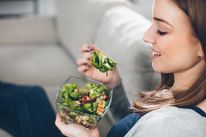 mercado de alimentação saudável - mulher comendo salada
