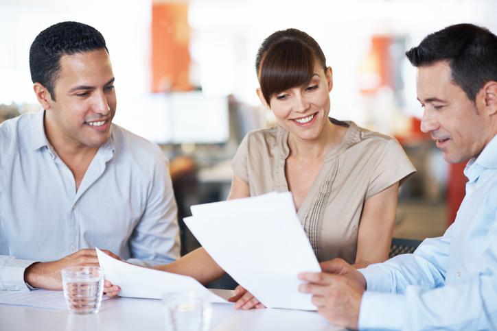 perfil do cliente - colegas de trabalho debatendo sobre relatórios no escritório