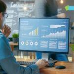 ERP customizado - Homem analisando dados, gráficos e estatísticas em um computador num escritório com seus colegas
