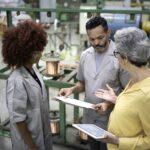 gargalos no processo produtivo - funcionários de uma indústria conversando sobre informações da produção