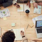 planejamento comercial 2021 - equipe comercial analisando dados e projetando metas