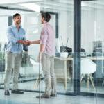 representante comercial - dois homens de negócio dando um aperto de mãos em um escritório