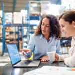 DRP - Mulheres em um estoque verificando dados em um notebook