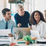 inteligência comercial - equipe de vendas conversando ao redor de uma mesa de escritório