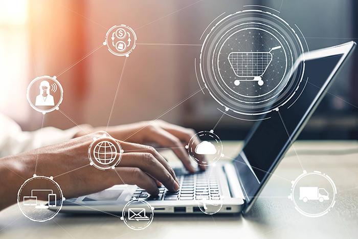 loja online para indústria - mãos digitando em um notebook e ícones que representam o comércio eletrônico