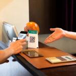 pix para empresas - cliente escaneando QR code da empresa apontado pelo vendedor como forma de pagamento