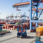 imposto de exportação - armazém de um porto com diversos containers