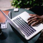 melhores plataformas de CRM - pessoa utilizando notebook
