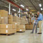 pronta-entrega - funcionários verificando estoque em uma distribuidora