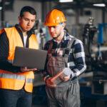 ERP para indústria - Dois funcionários em uma indústria acessando dados pelo sistema de gestão