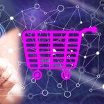 canais de vendas - imagem de um carrinho de compras online e ao fundo uma mulher com o dedo erguido tocando uma tela invisível